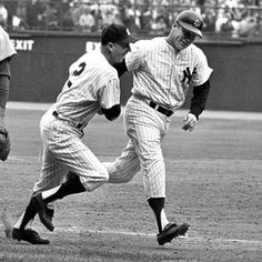 64 World Series: Mickey Mantle rounds thrid base after hitting a home run against the Cardinals.The Cardinals won the series New York Yankees Baseball, Yankees Fan, Cardinals Baseball, Sports Baseball, Baseball Players, Baseball Cards, Baseball Teams, Mlb Players, Equipo Milwaukee Brewers