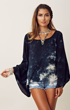 Blu Moon Billowy Sleeve Blouse and I love the jewelry Shibori, Love Fashion, Girl Fashion, Womens Fashion, Fashion Design, Fast Fashion, Spring Fashion, Tie Dye, Boho Tops