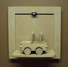 Quadro com luz de led e carrinho jipe para decorar o quarto do bebe e porta de maternidade. <br> <br>Funciona a pilhas, não inclusas. <br> <br>Acompanha a iluminação de led pronta e carrinho jipe, quadro com base, a base vai solta para não quebrar no transporte recebendo basta colar. <br> <br>Peça entregue sem pintura, a ser pintado pelo comprador. <br> <br>Tamanho: 30 cm x 30 cm