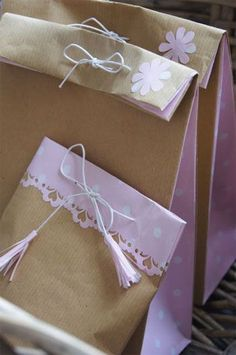 Bolsas de papel kraft, con un pequeño bordado en las puntas, y un bonito lazo para cerrar el contenido. ¿Qué os parece? ¿La pediríais? www.tienda-bolsasdepapel.com