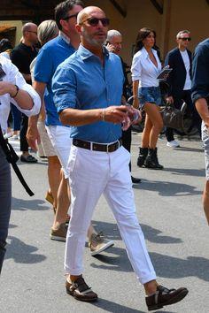 青シャツ メンズコーデ特集!精悍かつ爽やかにまとめた注目の着こなし&アイテムを紹介   OTOKOMAE / 男前研究所 White Pants Outfit Mens, Blue Shirt Outfits, White Pants Men, Blue Jean Outfits, Summer Fashion Outfits, Suit Fashion, Bald Men Style, Moda Casual, Casual Jeans