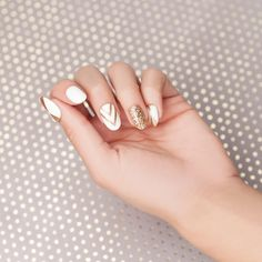 Hit every trend with these gorg nails: oval shape, accents, sparkling design & gel shine! Glue or Press on – you decide!