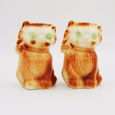 Vintage pre-owned collectible gloss glazed porcelain ceramic figural novelty salt and pepper shakers set.  Brown and white cats or kittens with green eyes each have a collar and bow around their neck. #Vintage #Cat #SaltAndPepperShakers