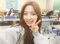 f(x)'s Luna and the other members surprising fans at a school