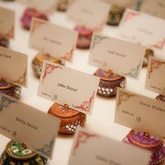 雑貨アイテムを使って演出する 結婚式・二次会の席札アイデア
