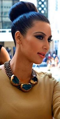 Kim Kardashian Fashion Style 2012 Kim Kardashian is very famous in these days because of Kim Kardashian New Syle. Kim Kardashian has v. Kim Kardashian Makeup Looks, Kim Kardashian Cabelo, Kardashian Style, Kardashian Fashion, Kardashian Latest, Bun Hairstyles, Wedding Hairstyles, Look Rose, Natural Hair Styles