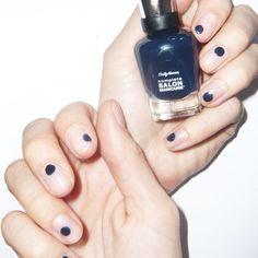 OrigiNails: dunkelblaue PUNKTE auf transparenten Nägeln