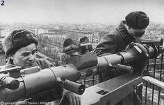 Наблюдательницы московских ПВО на крыше здания. 1942