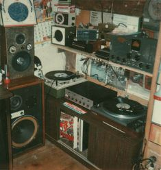 A typical room for a teenager in the seventies. They are into music. Music included Jimi Hendrix, The Beatles, The Beach Boys. Punk Bedroom, Grunge Bedroom, Room Ideas Bedroom, Bedroom Decor, Retro Bedrooms, Boy Bedrooms, Casa Retro, Rock Poster, Retro Room