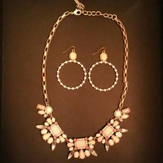 COOKIE LEE NECKLACE AND EARRINGS SET!!! This peachy and cream lovely set is in pristine condition... A statements necklace with matching earrings. Cookie Lee Jewelry Necklaces