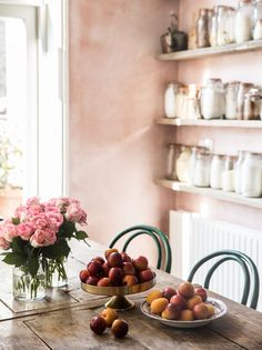 While this entire Room of the Week is stunning, the pink plaster walls and green thonet chairs had us at hello in this farmhouse kitchen dining room. Pink Kitchen Walls, Pink Walls, Kitchen Paint, Kitchen Dining, Kitchen Decor, Dining Table, Peach Kitchen, Deco Rose, Bentwood Chairs