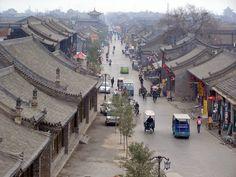Die vom antiken Stadtmauer komplett umkreisten Stadt Pingyao ist ein Highlight während einer China Rundreise. Alte Bauten, traditionelle Köstlichkeiten und langsame Lebensrythmus. Euch wird Pingyao sicher gefallen!