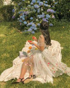รูปภาพ ค้นพบโดย 𝐲𝐨𝐮𝐫𝐟𝐚𝐯𝐜𝐮𝐩𝐢𝐝❤️🏹สำรวจ (และบันทึก!) รูปภาพและวีดีโอของคุณบน We Heart It Classy Aesthetic, Nature Aesthetic, Aesthetic Girl, Spring Aesthetic, Disney Aesthetic, Old Dress, Pretty Dresses, Beautiful Dresses, Fairytale Dress
