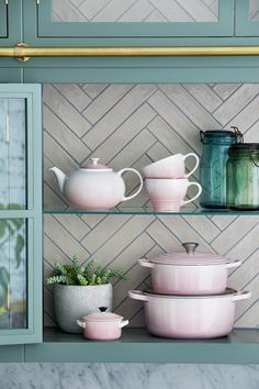 New Shell Pink has been inspired by the soft tones of seashells, capturing the essence of romance and summer sunsets. Add an elegant blush to the kitchen and the home with Shell Pink from Le Creuset, launching in store and online at www.lecreuset.co.za from 14th February 2020. Claudia Schiffer, Le Creuset, Summer Sunset, Kitchen Supplies, Decoration, Sea Shells, Kitchen Appliances, Pink, Inspiration