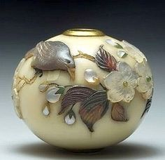 It represents a bird perched on the branches of a cherry blossom Inlaid mother of pearl, amber, green jade etc . the himotoshi protected with a gold ring. Possibly the best ojime Shibayama That exists. Japanese Design, Japanese Art, Chinese Crafts, Beads Pictures, Vases, Ancient Art, Vintage Japanese, Asian Art, Ceramic Pottery