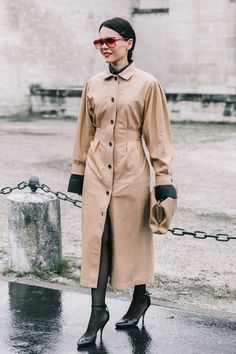 A trench coat 'lady' for all the spring Viernes Casual, Military Trends, Collage Vintage, Velvet Fashion, All Fashion, Fashion Weeks, Paris Fashion, Winter Trends, Fashion Seasons