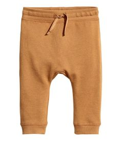 Camel. CONSCIOUS. Jogginghose aus weichem Bio-Baumwollsweat mit weich angerauter Innenseite. Die Hose hat einen elastischen Bund  und Beinbündchen.