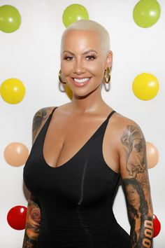 We love a shaved head and, despite her recent VMAs red carpet departure, Amber Rose has made it into her signature look. Short Blonde, Blonde Hair, Short Hair Cuts, Short Hair Styles, Pixie Cuts, Amber Rose Style, Dorothy Rose, Look 2018, Bald Hair