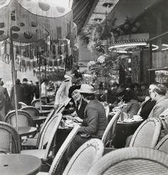 Women on Saint Michel Boulevard Paris - Quartier Latin Maynard Owen Williams (National Geographic) Vintage Cafe, Vintage Paris, French Vintage, National Geographic, Café Theatre, Cafe Posters, Sidewalk Cafe, Parisian Cafe, Latin Quarter