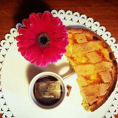 Crostata e tè  breakfast spring flower cake tea