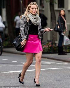 Vibe pink!  Equilibrando o tipo físico - triângulo invertido.  A linda Hilary Duff tem os ombros bem largos, e, pra compensar isso, ela optou por usar blusa e jaqueta de cores discretas, na parte superior. Com uma saia rosa, chamativa, na parte inferior. Equilibrando, assim, seus ombros com o quadril. Além disso, ela acrescentou um lindo scarpin, que valorizou ainda mais as suas pernas, direcionando o foco totalmente para elas.  Uma combinação fashion e criativa, que caiu super bem nela!