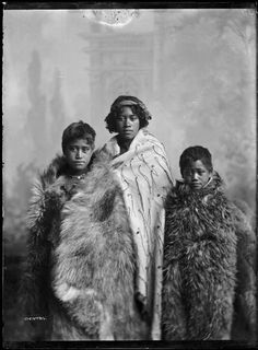 Three unidentified Maori children wearing cloaks, photographed by Frank J Denton of Wanganui, circa The girl on the left wears a (dog skin ? The girl in the centre wears a tag cloak. A kiwi feather cloak is worn by the boy on the right. Maori People, Tribal People, Dunedin New Zealand, Polynesian People, West Papua, Tribal Costume, Gothic Girls, Punk Girls, Maori Designs