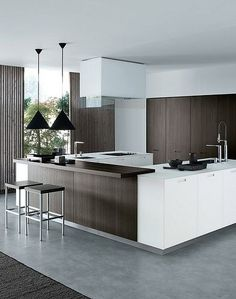 La madera junto con el color blanco, crean un diseño de cocina muy luminoso donde el blanco aporta amplitud espacial, restando a la madera la capacidad que tiene de reducir el espacio creando ambientes cálidos.