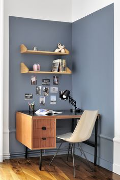Un coin bureau stimulant - Home Study Design, Home Room Design, Home Office Design, Teal Room Decor, Bedroom Wall Colors, Colorful Interior Design, Home Desk, Indian Home Decor, Guest Room Office