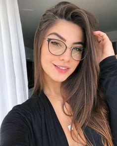 Óculos de grau feminino The best ideas in women's eyeglasses for women of all styles. Cute Glasses, Girls With Glasses, Glasses Frames, Girl Glasses, Fashion Eye Glasses, Makeup With Glasses, Womens Glasses, Pretty Face, Makeup Looks