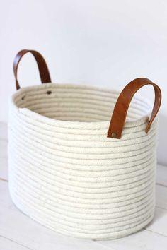 Panier en corde sans couture DIY No-Sew Rope Coil Basket / alice & lois Glue Gun Crafts, Rope Crafts, Diy Glue, Fun Crafts, Decor Crafts, Rope Basket, Basket Weaving, Blanket Basket, Sisal