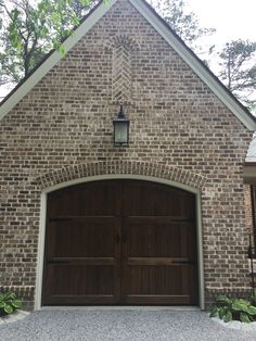 Kiawah brick brick close-ups дом, кирпич, двери Brown Brick Exterior, Brown Brick Houses, House Paint Exterior, Exterior House Colors, Exterior Design, Garage Exterior, Garage Doors, Diy Exterior, Brick House Colors