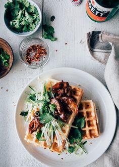 Super lekker recept voor wafels met kip met een Aziatisch tintje. De kip heeft een heerlijke sticky marinade. En aan het wafel beslag is bosui toegevoegd.