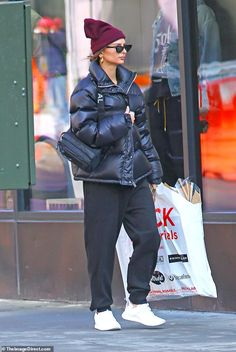 Emily Ratajkowski bundles up from head-to-toe in trendy beanie and puffy jacket Big Fashion, Fashion Outfits, Emily Ratajkowski Style, Formal Dresses For Teens, Formal Gowns, Elegant Dresses, Nyc Girl, Winter Fits, Puffy Jacket