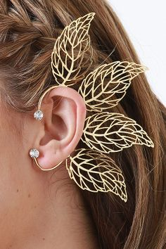 Keep your look unique with the Forest Gem Ear Cuff! This ear cuff features laser-cut leaf designs, curved cuff, and finished with sparkling rhinestone accents.