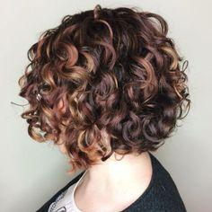 Curly Burgundy Bob With Caramel Highligths Bob Haircut Curly, Angled Bob Haircuts, Short Curly Haircuts, Short Wavy Hair, Curly Hair Cuts, Curly Bob Hairstyles, Curly Hair Styles, Frizzy Hair, Pixie Haircuts