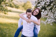 couple, couplelove, paarshooting, photography, outdoorsession, in love, happy and confident, be happy, photographer austria, austrian photographer, sabine wieser fotografie, funtime, pearblossom, birnbaumblüte, mostviertel, piggyback, huckepack
