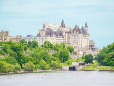 Ecluses du Canal Rideau, Rivière des Outaouais et Hôtel Fairmont Chateau Laurier - Ottawa, Ontario, Canada #blog #life #lifestyle #voyage #travel #trip #citytrip #expat #expatlife #CanalRideau #RideauCanal #écluses #RivièreDesOutaouais #OttawaRiver #hotel #FairmontChateauLaurier #BoulevardDeLaConfédération #ConfederationBoulevard #Ottawa #Ontario #Canada http://mamzelleboom.com/2015/07/29/visiter-ottawa-ontario-gatineau-quebec-capitale-du-canada-en-un-week-end-de-2-jours/
