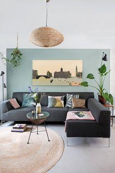 GROEN INTERIEUR • kies voor kleurrijke prints in een rustige woonkamer | choose colorful prints in a serene base, like in this living room | vtwonen 07-2018 | Fotografie & styling Jeltje Janmaat