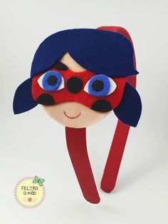 Arco revestido com viés de cetim, decorado com Ladybug (Miraculous) de feltro. Felt Diy, Felt Crafts, Diy And Crafts, Costume Super Hero, Tikki Miraculous, Tikki And Plagg, Miraculous Ladybug Party, Felt Hair Accessories, Barrettes