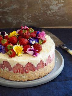 Hvit sjokoladeiskake med jordbær og nøttebunn - Mat Pa Bordet