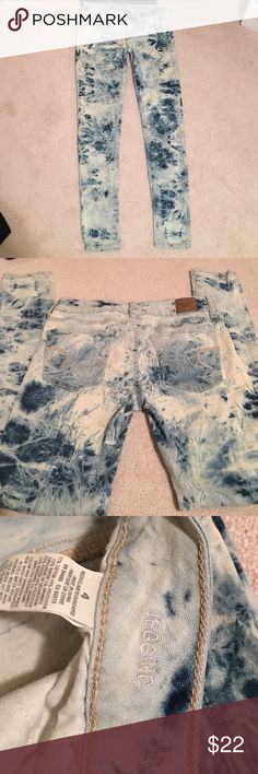 American Eagle jeggings Sz 4. Great condition. Funky design with different shades of denim. Stretchy and comfy. Hardly been worn American Eagle Outfitters Jeans Skinny