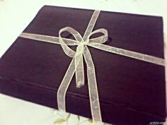 DIY gift box using brown corrugated paper and adorned with ribbon. Dimensions: 25 cm x 30 cm x 6 cm