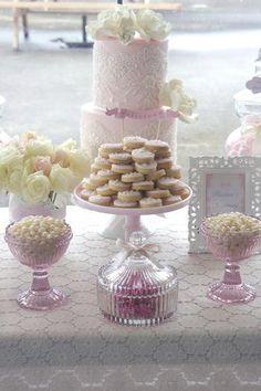 Rose et dentelle pour une sweet table de baptême