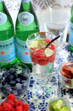 Simple Tips for Healthy Hydration + a DIY Sparkling Water Bar – Mocktails 2020 Sparkling Drinks, Cocktails, Non Alcoholic Drinks, Beverages, Low Calorie Drinks, Healthy Drinks, Healthy Recipes, Healthy Food, Water Recipes