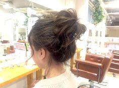 アップヘアの中でも、上にボリュームの出るお団子ヘアはハーフアップやダウンスタイルに比べてキュートに決まるヘアスタイル! おくれ毛を出せばルーズな感じが出て、大人っぽく仕上がります。