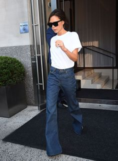 Victoria Beckham is the queen of refined style, and she knows how to make simple pieces look like a million bucks. Case in point, the designer recently elevated a casual white T-shirt when she stepped out for New York Fashion Week. Victoria Beckham Style, Celebrity Look, Celebrity Dresses, Celebrity Closets, Ladies Golf Trousers, Viktoria Beckham, Jeans Trend, Jean Large, Outfits