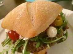 Italienischer Burger mit Ricotta-Walnuss-Pesto und anderen Leckereien. Total gesund und trotzdem lecker. Nicht nur für Burgerliebhaber geeignet. Rezept findet ihr wie immer auf der Website.