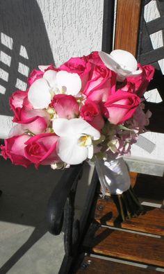 Bouquet de rosa fucsia bicolor y phalaenopsis.