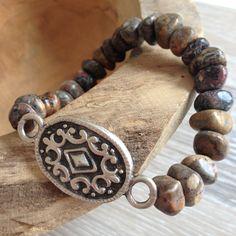 Armband van 7*10mm leopard skin nuggets met een metalen sierstuk. Van JuudsBoetiek; €10,00. Bestellen kan via juudsboetiek@gmail.com, via persoonlijk bericht of www.juudsboetiek.nl.
