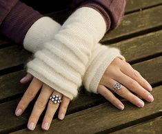 Snøklokke / Snowdrop pattern by Stella Charming Knitting - Beautiful Snowdrop Handwarmers (Fingerless Gloves, Mitts), free pattern in English and Norwegian in two sizes. Baby Knitting Patterns, Knitting Yarn, Free Knitting, Gilet Crochet, Knit Crochet, Crochet Hats, Loom Knit, Free Crochet, Fingerless Gloves Knitted